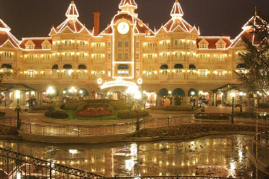 Disneyland Hotel: Hotel at night