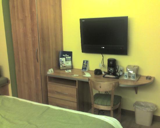 Microtel Inn & Suites by Wyndham Delphos: TV, desk, closet
