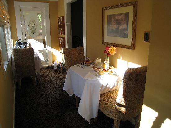 Adagio Inn: The small and personable dining room