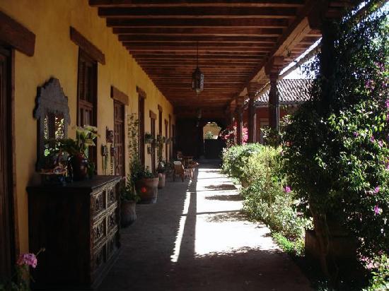 Hotel Meson de San Antonio: Corridor next to outdoor courtyard