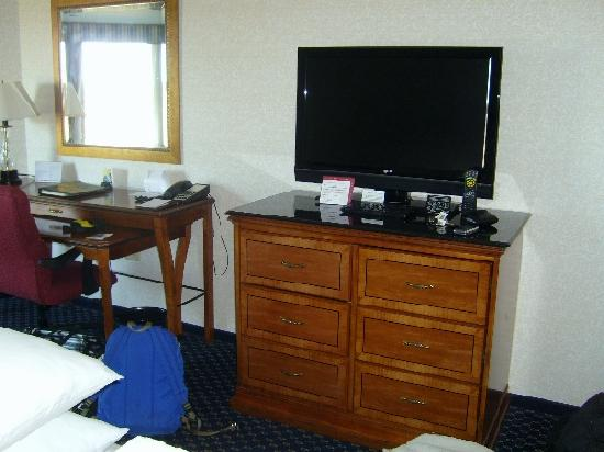 Boston Marriott Quincy: Room 833, large LCD TV.