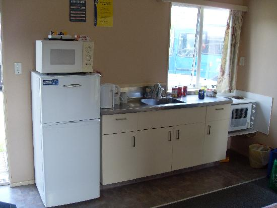 ‪‪Manukau  Holiday Park‬: Cabin kitchen‬