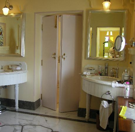 Taj Lake Palace Udaipur: Lovely bathrooms