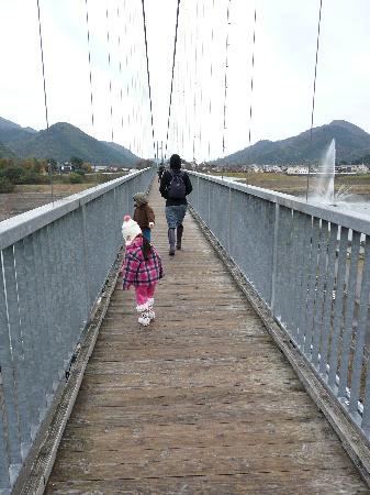 Lake Miyagase: つり橋