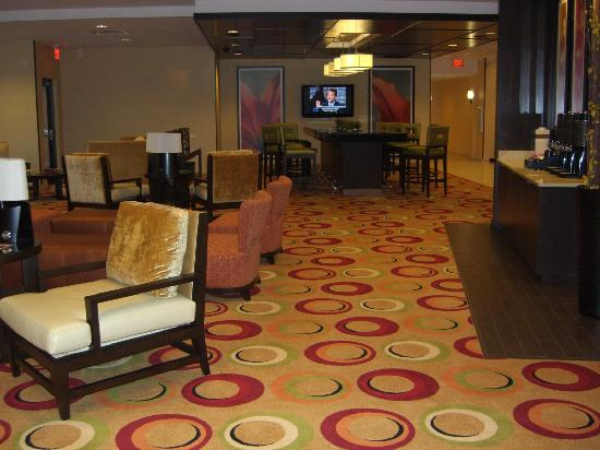 Courtyard Newport News Airport: Lobby with free tea & coffee