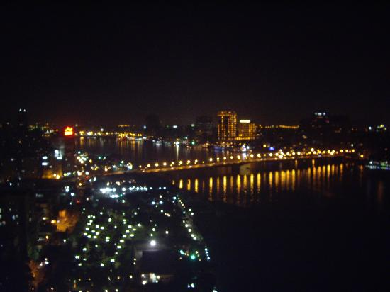 Grand Nile Tower: Giza view from the balcony at night
