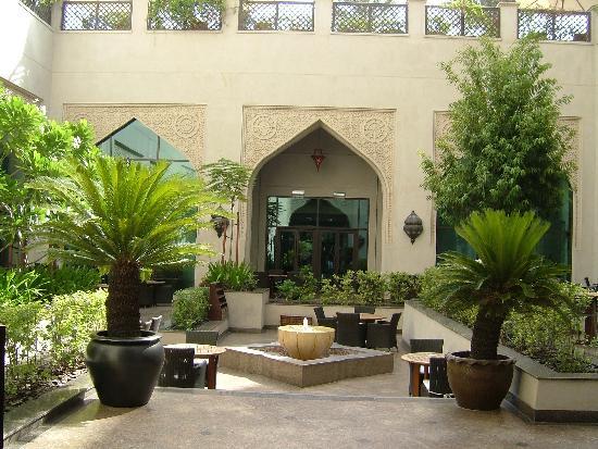 Manzil Downtown Dubai: courtyard