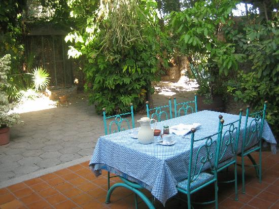 Casa San Juan Bed and Breakfast: Breakfast in the courtyard