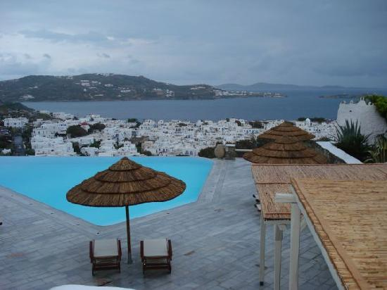 Vencia Hotel: Looking out over the pool area