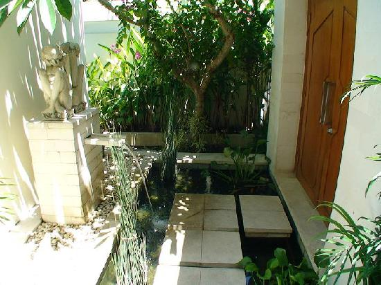 The Residence Seminyak: Entrance of the villa: it's a fish pond!