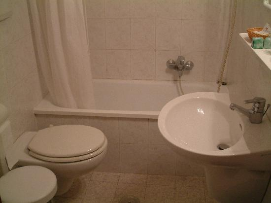 Hotel Contilia: Baño completo