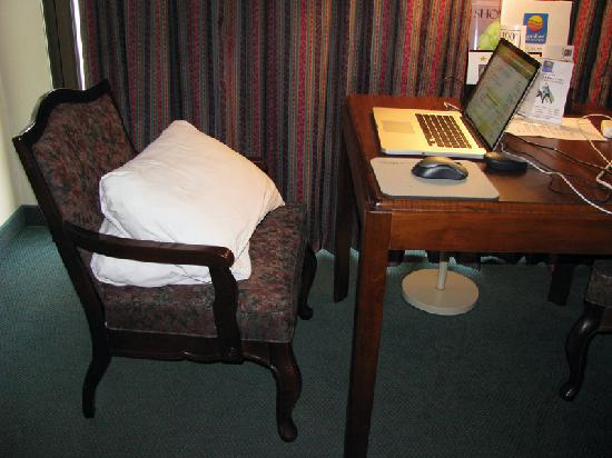 Comfort Inn & Suites: Horrible Chair