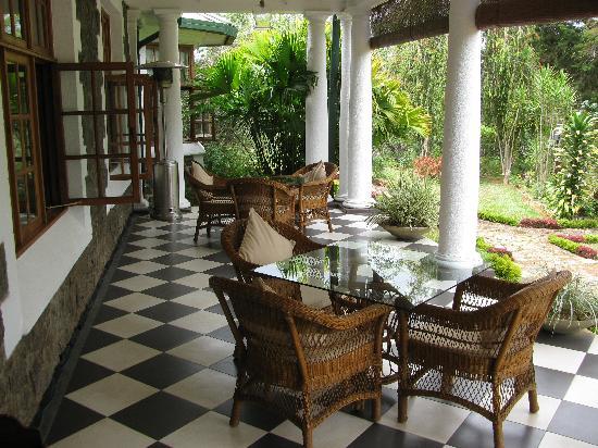 Ceylon Tea Trails: lunch on the veranda Tiensten