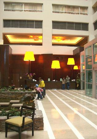 Embassy Suites by Hilton Los Angeles Glendale : Lobby and Reception area-- in the back