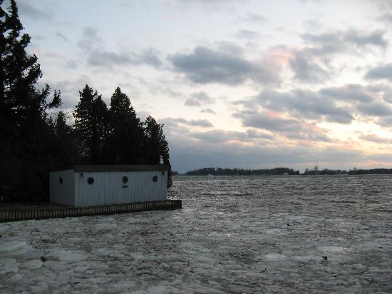 The Gananoque Inn and Spa: Waterfront, bbbrrrr!