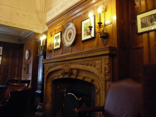 Macdonald Randolph Hotel: The fire place in the bar