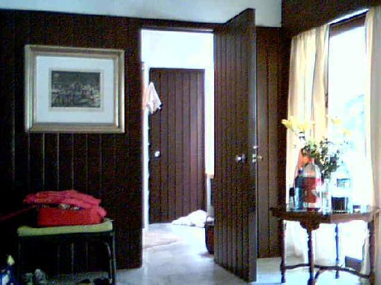 Estadia Hotel: Door to bathroom and window to garden