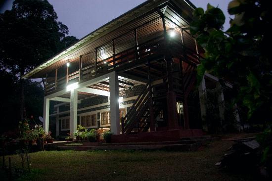 Periyar Bungalows: Bungalow at night (generator on!)