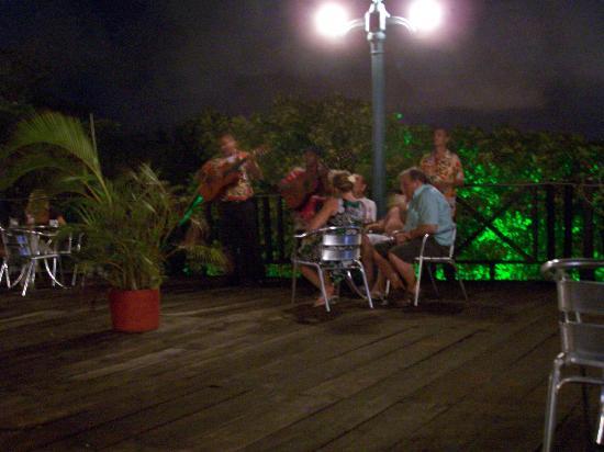 Sol Caribe Campo: Una de las terrazas de noche
