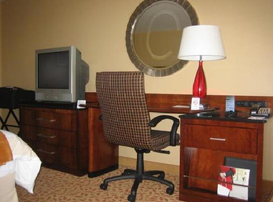 Rochester Airport Marriott: Desk and TV
