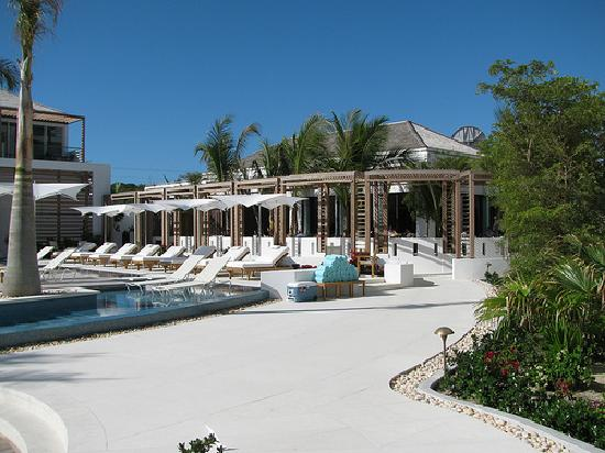 Gansevoort Turks + Caicos: Pool and Bagatelle restaurant