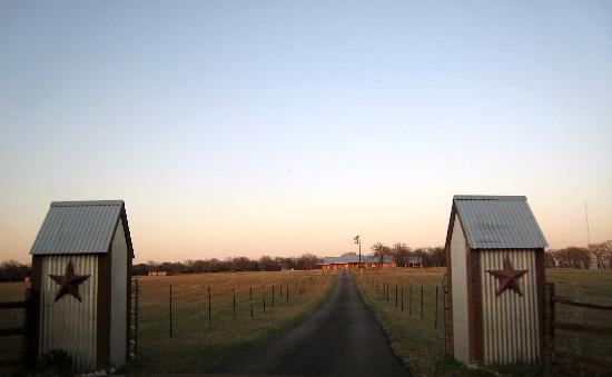 First view of Granbury Log Cabins from the front driveway