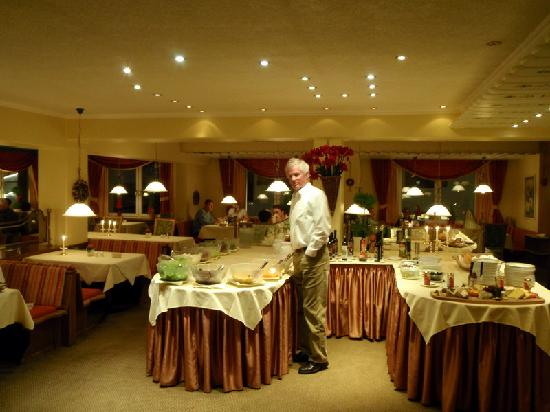 Hotel Arlberghaus: Dining Room Buffet at Dinner