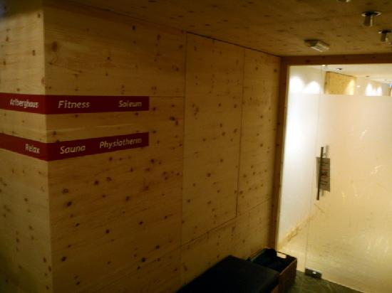 Hotel Arlberghaus: Sauna Area in the Basement