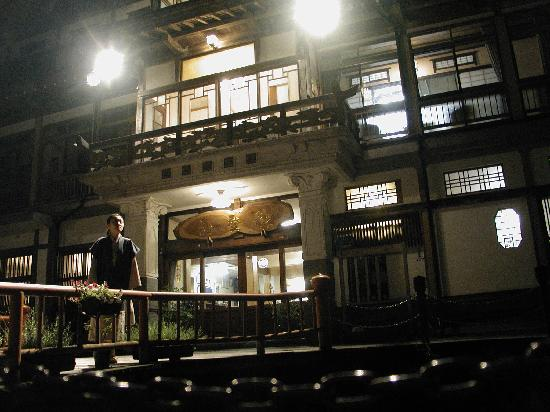 Notoya Ryokan: 夜の温泉街もロマンチックでした