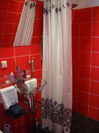 Rooms & Co B&B: Il Bagno (red room)