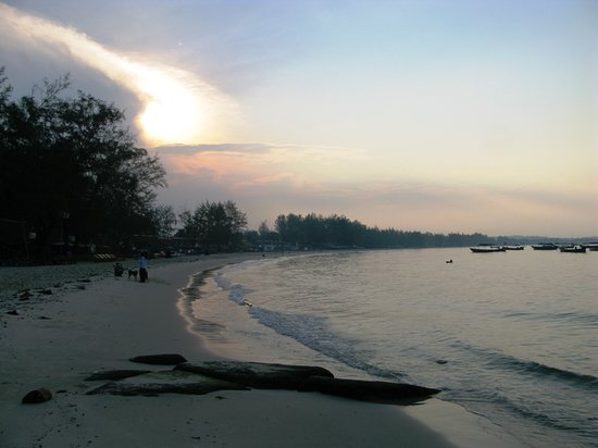 ‪كامبوديا: Serendipity Beach at dawn, Sihanoukville‬