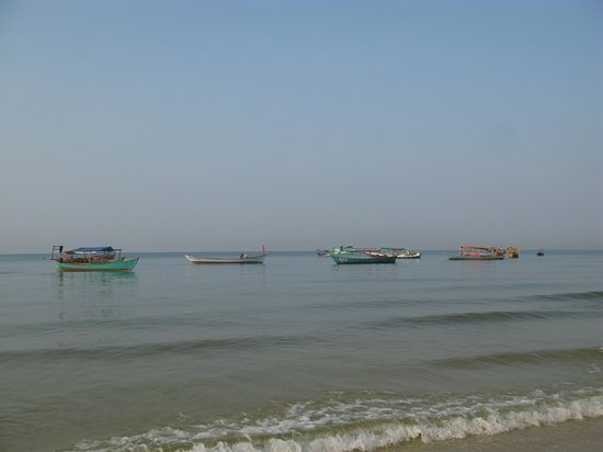 กัมพูชา: Fishing fleet off of Serendipity Beach, Sihanoukville