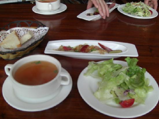 Jin MoLi RiShi Italian Restaurant: ランチセットのスープ、サラダ、前菜