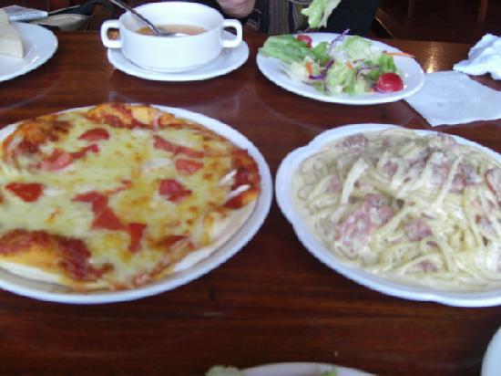 Jin MoLi RiShi Italian Restaurant: メイン(カルボナーラとモッツァレラのピザ)