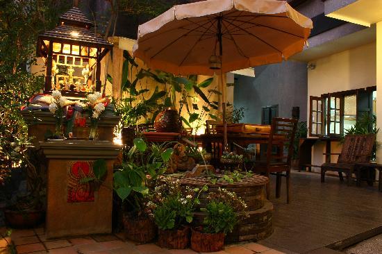 Ban Kong Rao: wunderschöner Innenhof mit vielen Pflanzen
