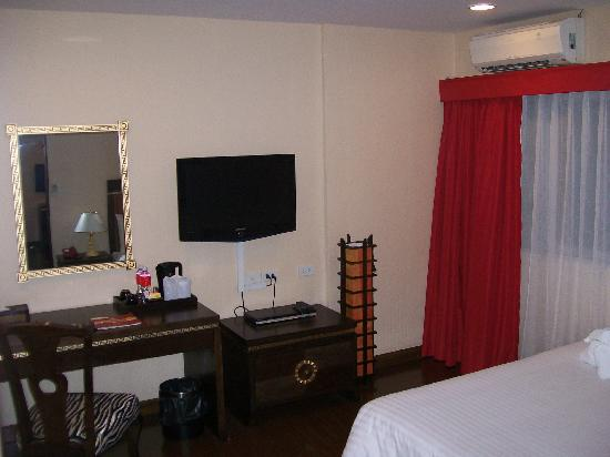 Mac Boutique Suites Hotel: Bedroom. One the bed are towels folded like Elephants. Cute huh?