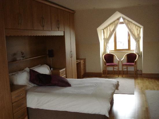 سانديهيلز بي آند بي: one end of my bedroom!
