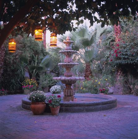 Villa Royale Inn: Fountain