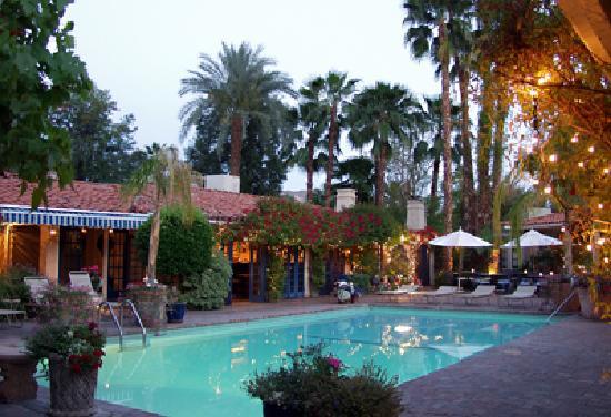 Villa Royale Inn: Pool at twilight