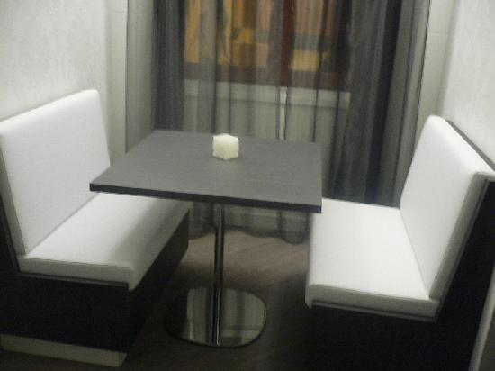 Hotel Palazzo Zichy: Table in room