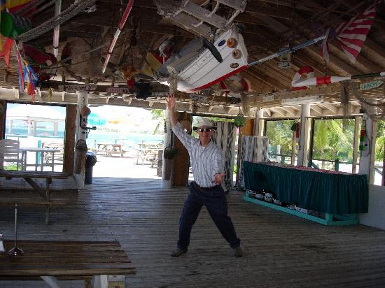 Treasure Cay Beach, Marina & Golf Resort : Le directeur de l'hotel dans la bar de la plage