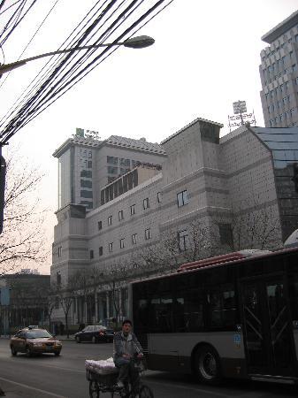 Holiday Inn Central Plaza : L'Hôtel de la rue