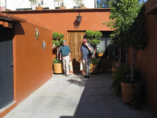 Casa Los Arquitos B&B: The entranceway, with the owners' apartment