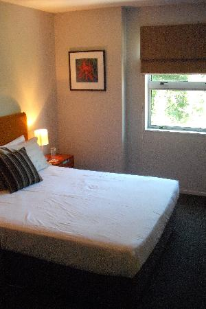 Wanaka Edge Apartments: Nice clean bedroom (bed)