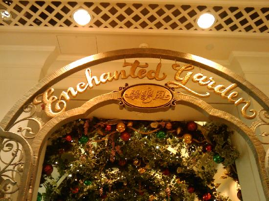 Disney's Hollywood Hotel: Breakfast at Enchanted Garden at Disneyland hotel