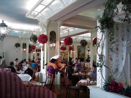 Disney's Hollywood Hotel: inside the restaurant