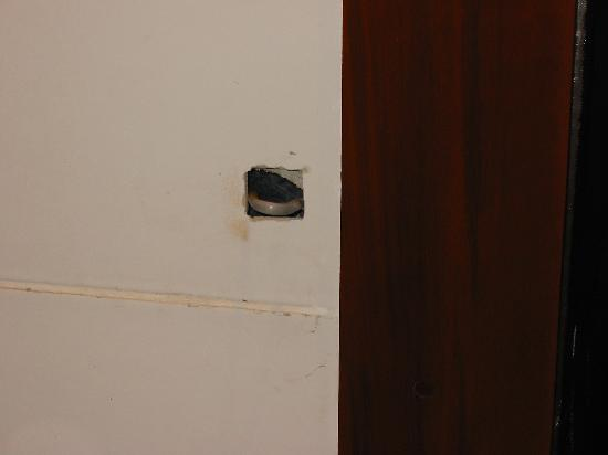 Heritance Kandalama: holes and exposed wires in room