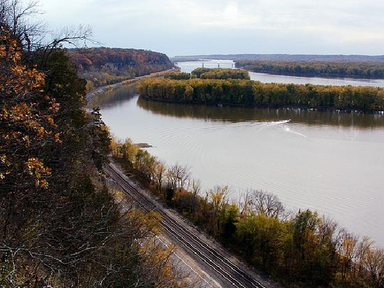 ‪‪Mississippi Palisades State Park‬: The view from Lookout Point at Palisades State Park in Savanna, IL. (looking south)  Mid-Oct. 20‬