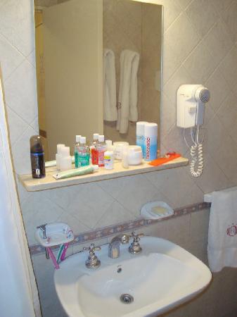 Gran Hotel Orly: The bathroom