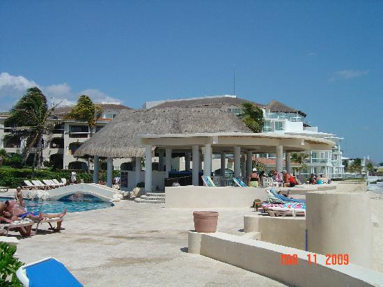 Xaman-ha Luxury Condominiums: pool and beach area at Xaman Ha